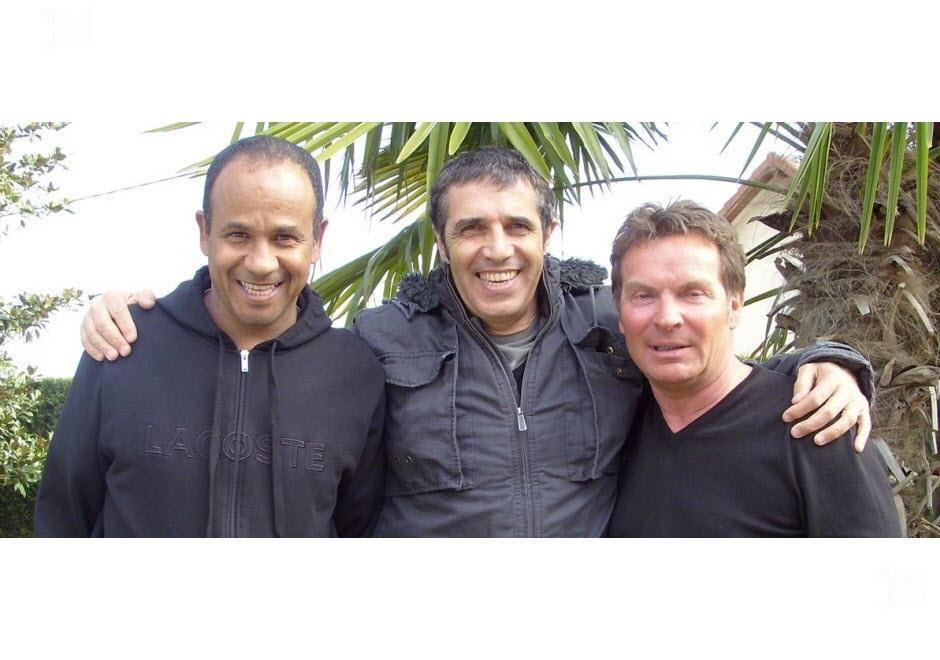 Julien Clerc entre l'ancien footballeur originaire du mali Jean Tigana et l'industriel bressan Dominique Prudent
